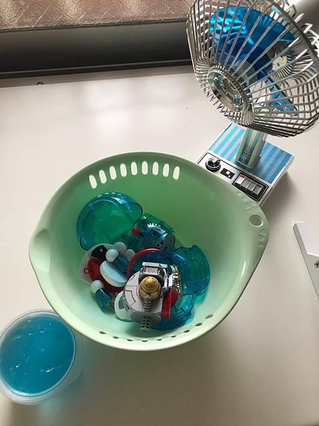 網友解釋,這其實是他用多啦A夢塑料模型,混合玩具凝膠黏液而成,多啦A夢「殘肢」尚在呢。(互聯網)