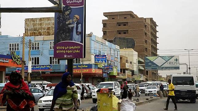 Pandangan umum menunjukkan orang-orang Sudan dan lalu lintas di sepanjang jalan di Khartoum, Sudan 11 Juni 2019. REUTERS/Mohamed Nureldin Abdallah
