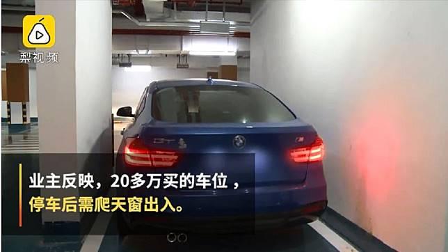廣西南寧一名女子日前買了社區停車位,不料車子停進去,4個車門都無法打開。(圖/翻攝自梨視頻)