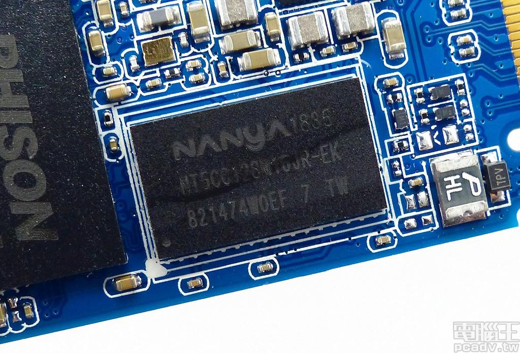 ▲ 512GB 和 256GB 容量均安排 1 顆 NT5CC128M16JR-EK 256MB 記憶體,1TB 容量版本才是 2 顆 512MB 組成 1GB。