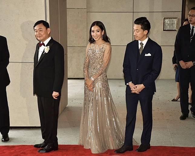 他信大女萍通塔(右二)和丈夫(右一)。