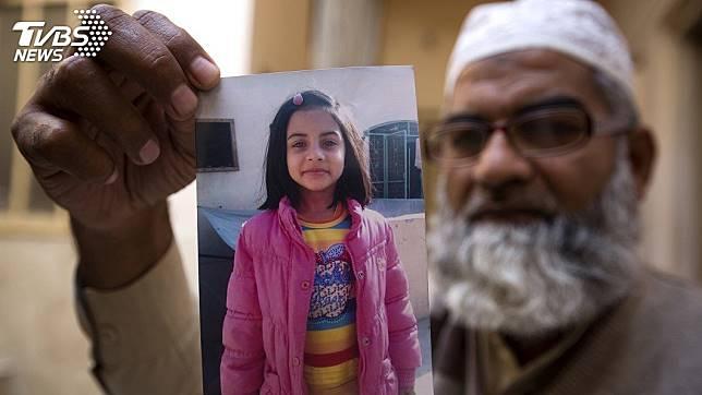 巴基斯坦一名7歲女童遭性侵殺害棄屍垃圾場,法官判惡狼死刑,同意讓女童的父親和家人到刑場親眼目睹犯人角型的過程。(圖/達志影像美聯社)