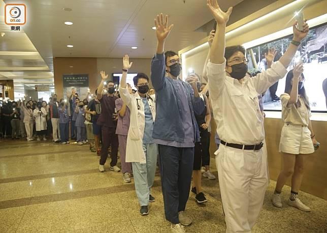 大批醫護人員身穿制服參加活動。(吳艷玲攝)