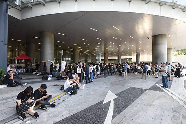立法會示威區有人留守。