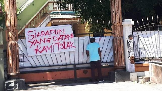 Mahasiswa Papua di asrama Jalan Kalasan 10 Surabaya memasang peringatan untuk menolak kedatangan tamu. Foto/Kukuh SW