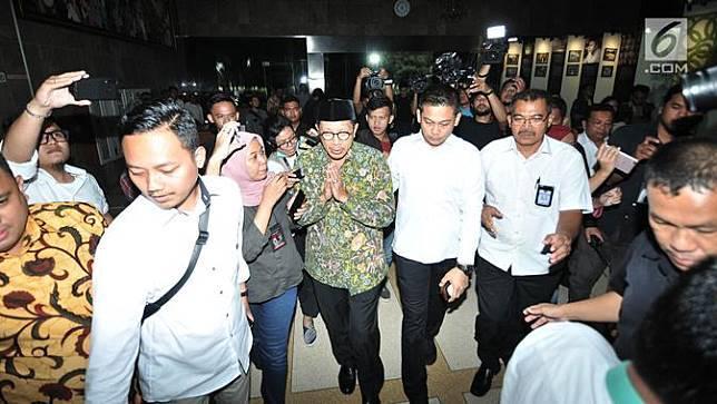 Menteri Agama Lukman Hakim Saifuddin tiba di Kantor Kementerian Agama, Jakarta, Senin (18/3). Lukman Hakim mendatangi kantor Kemenag setelah ruang kerjanya disegel dan digeledah penyidik KPK. (merdeka.com/Iqbal S. Nugroho)