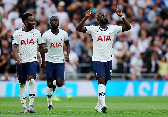 Pemain Tottenham Hotspur Tanguy Ndombele berselebrasi bersama rekan setimnya. REUTERS/Eddie Keogh
