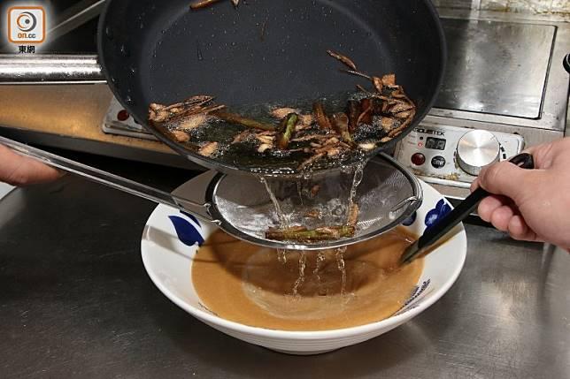 隔走薑葱,將葱油與花生醬拌勻成擔擔麵醬。(盧展程攝)