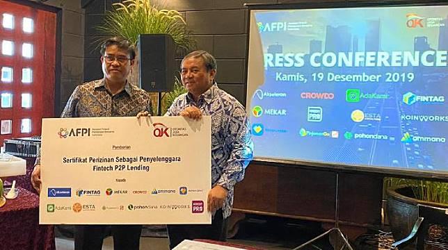 Direktur Pengaturan Perizinan dan Pengawasan Fintech OJK Hendrikus Passagi dan Direktur Utama Bernardino M. Vega Jr, menggelar press release bersama AFPI.