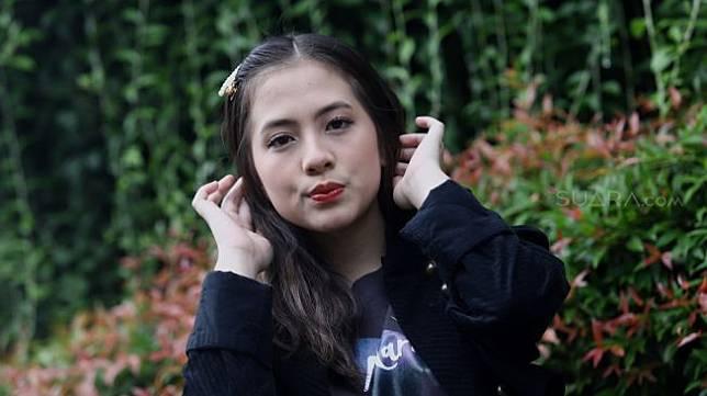Pemeran film Mariposa, Adhisty Zara berpose di depan kantor SIAPGRAK.COM, Jakarta, Selasa (25/2/2020). [SIAPGRAK.COM/Angga Budhiyanto. [SIAPGRAK.COM/Angga Budhiyanto bikin heboh. Meski belum diklarifikasi oleh keduanya, jejak digital kalau Zara pernah iri dengan kemesraan Okin dan mantan istrinya, Rachel Vennya diungkap akun gosip.</p><p>Akun @pembasmi.kehaluan.reall mengunggah komentar Zara di TikTok Rachel Vennya pada Mei 2020 lalu. Saat itu, Rachel dan Okin masih berstatus suami isri.</p><p>Dalam video, Rachel dan Okin bermain gerakan namun endingnya Okin mencium Rachel yang bikin baper.</p><figure class=