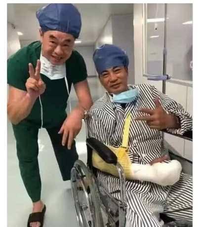 中山遇襲受傷後,華哥入院接受治療時仍樂於跟醫護人員影相。