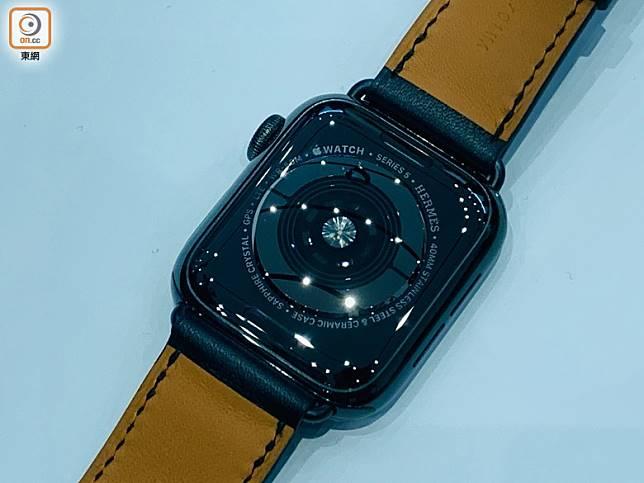 錶底設計跟上代沒有分別,設有感測器,並印有「SERIES 5」字眼。(陳志滔攝)