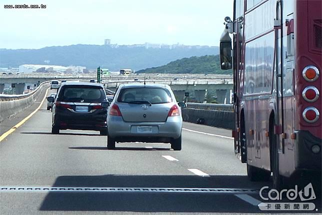 車輛轉彎、變換車道、超車不打方向燈,10月起全面加重處罰1200元到3600元(圖/卡優新聞網)