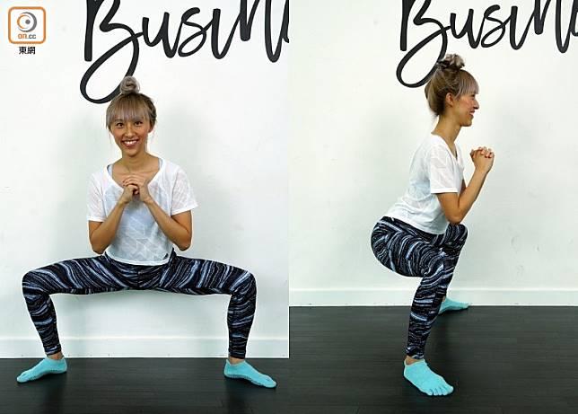 雙腳打開比肩膊稍寬,臀部坐下好像坐在櫈子上,留意膝蓋和腳趾指向外大約45度,注意背部要保持挺直,此乃開始動作。(方偉堅攝)