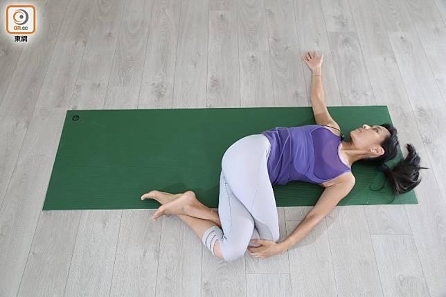 想更進一步,可吸氣返回中間,嘗試做鷹式腳,將右腳撓左腳,慢慢呼氣將一對膝頭放到左邊,頭擰向右邊相反方向,停留在這動作約5個呼吸,然後返回中間,另一邊重複動作。(張錦昌攝)