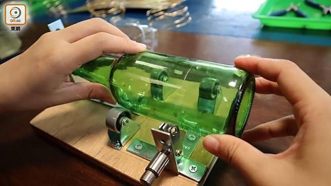 玻璃瓶要用鑽石刀鎅,最後要用火燒,以冷縮熱漲原理把切割口斷開。(劉達衡攝)