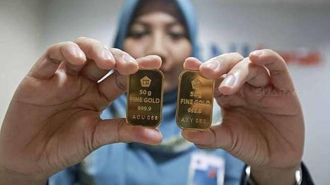 Emas batangan di salah satu gerai Bank Syariah di Jakarta.