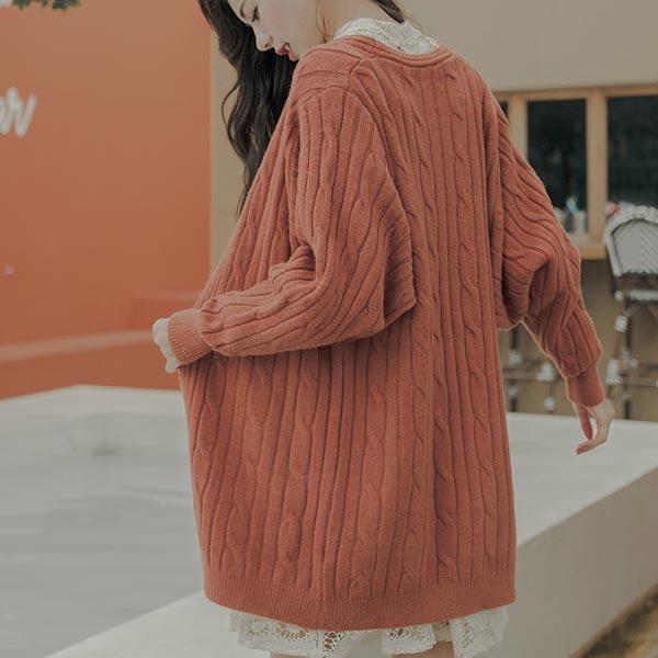 豐厚的麻花編織設計,觸感豐富且保暖升級!配色為大地色系,不過分張揚卻更增添知性感長版寬鬆的版型,穿起來輕鬆自在讓妳舉手投足都營造慵懶氣質搭配牛仔褲就好看有型!