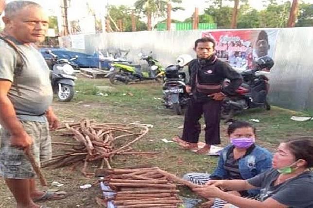 Penjual akar bajakah dadakan di bilangan Jalan RTA Milono Km 6, Kota Palangka Raya mulai bermunculan, Kamis (15/8/19). (Foto Antara/Istimewa).
