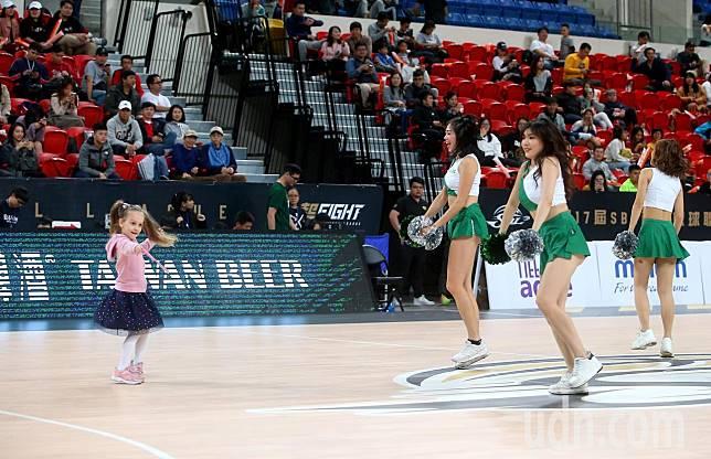 SBL第17季開打,中場啦啦隊表演時一名小女孩跑進場一起跳舞。記者余承翰/攝影