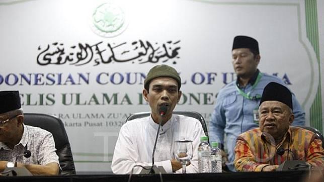 Abdul Somad memberikan keterangan dalam konferensi pers setelah bertemu bertemu dengan Majelis Ulama Indonesia (MUI), di gedung MUI, Jakarta, Rabu, 21 Januari 2019. Atas ceramahnya itu, Somad telah dilaporkan ke Polda Metro Jaya oleh Komunitas Horas Bangso Batak. TEMPO/Subekti