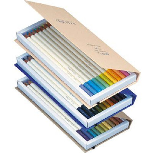 TOMBOW IROJITEN 色鉛筆自然界色彩再現 創造色鉛筆專屬字典如同一本辭典,精選大自然90個顏色,能描繪栩栩如生的色彩,10色編集成一冊,1集3冊,共3集90色。紙製本的材質,讓描繪天空、樹