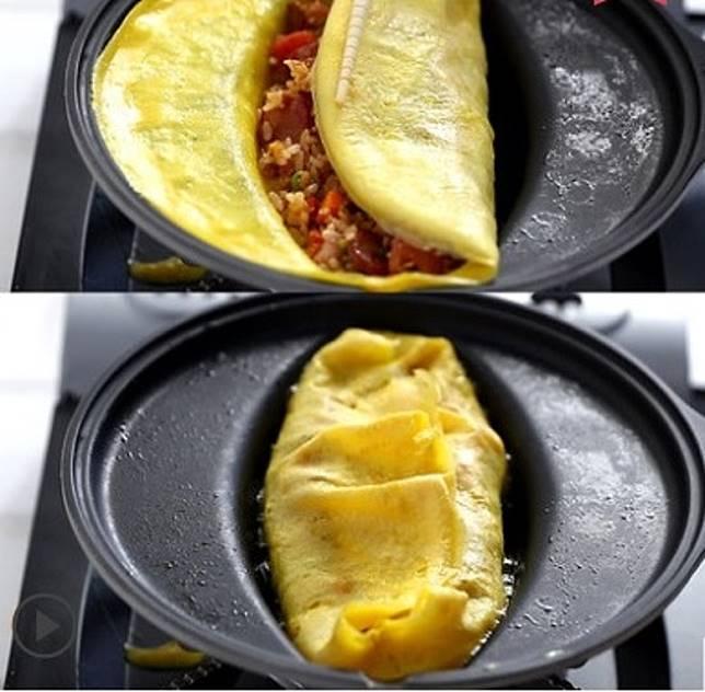 將兩旁的蛋皮向中間部分包抄,一個完美的日式蛋包飯便大功告成了。(互聯網)