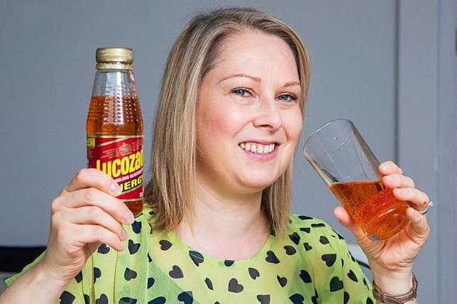 ▲寶拉試喝過期 25 年的童年最愛飲料。(圖/翻攝自 Daily Mirror 推特)