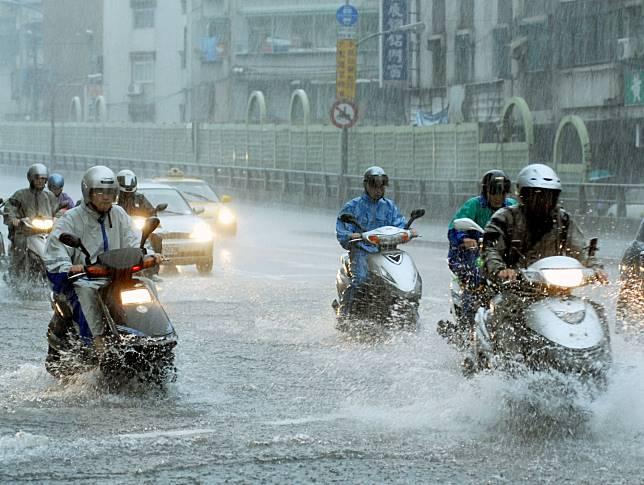 ▲氣象專家吳聖宇提醒,柯羅莎颱風還沒到真正會引進強西南風的位置,本週天氣持續不穩定,尤其中南部必須特別小心。(圖/林調遜攝,NOWnews資料照片)
