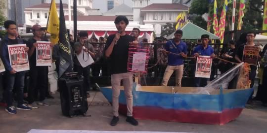 Aksi Jalan Mundur Protes Anies Baswedan Terbitkan IMB Reklamasi