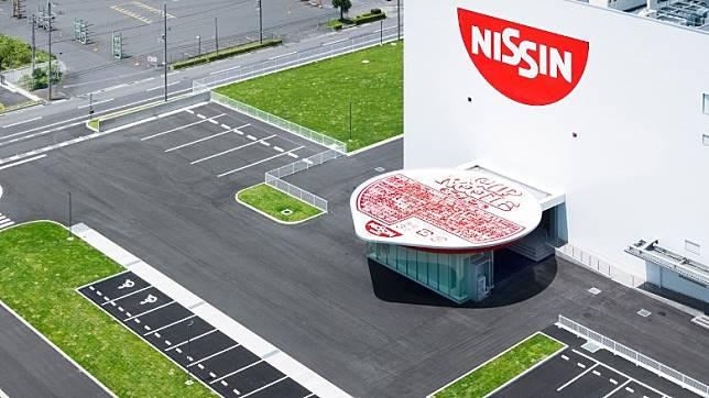 位於日本滋賀縣杯麵工廠,整棟建築以巨大杯麵造型的大門,真心佩服日清創意!(互聯網)