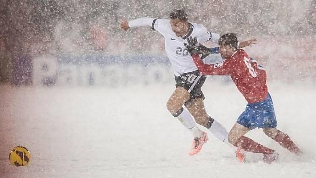 Pertandingan Sepak Bola dengan Cuaca Ekstrim