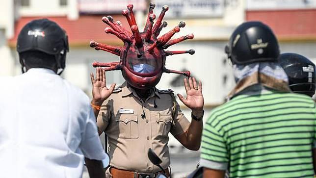 Polisi di India Gunakan Helm Virus Corona