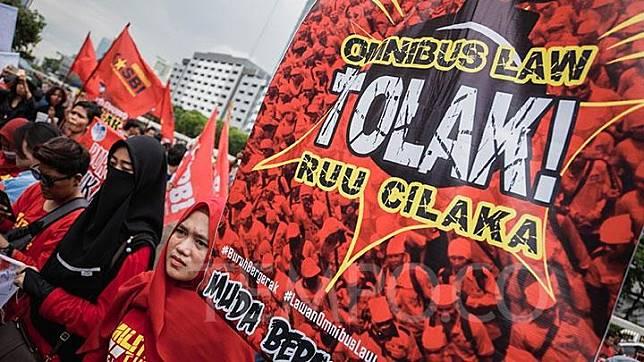 Sejumlah massa buruh yang tergabung dalam Gerakan Buruh Bersama Rakyat (Gebrak) saat menggelar aksi menolak Omnibus Law RUU Cilaka di depan Gedung DPR/DPD/MPR RI, Jakarta, Senin, 13 Januari 2020.  TEMPO/M Taufan Rengganis