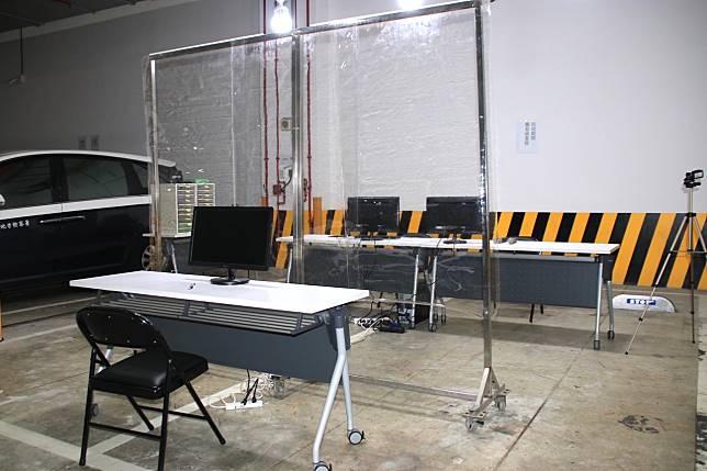 「防疫期間簡易偵查庭」中間有塑膠透明片阻隔,避免被告和檢察官、書記官飛沫接觸。記者曾健祐/攝影