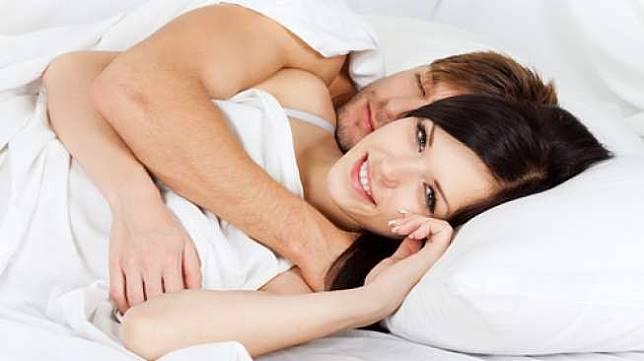 Gaya bercinta menyendok alias spooning. (Shutterstock)