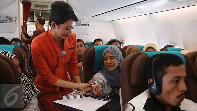 Pramugari Garuda Indonesia Bagikan Cokelat di Hari Kartini- Angga Yuniar-20170421