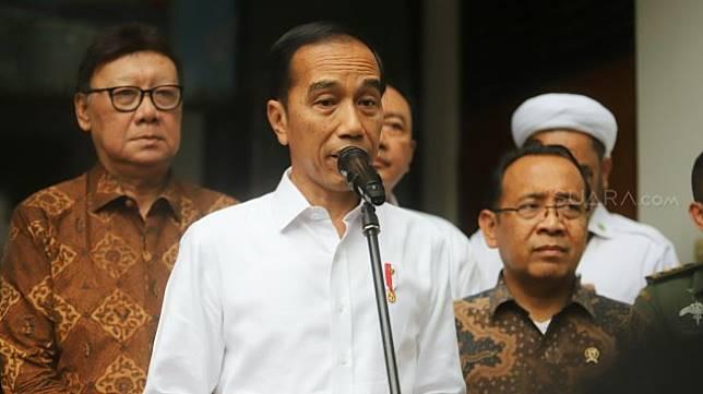 Presiden Joko Widodo memberikan keterangan pers usai menjenguk Menkopolhukam Wiranto di RSPAD Gatot Soebroto, Jakarta, Kamis (10/10).  [Suara.com/Arya Manggala]