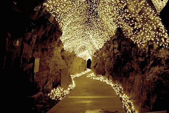 即使在御岩屋道通,也化成了發光隧道。(互聯網)