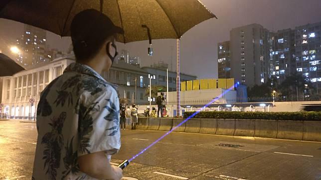 示威者鐳射光照射警員。