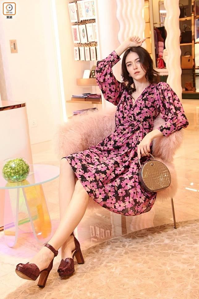 KATE SPADE紫色花卉圖案連身裙、Andi銀色閃亮皮革手袋、深紫色蟒蛇紋高踭鞋(張錦昌攝)