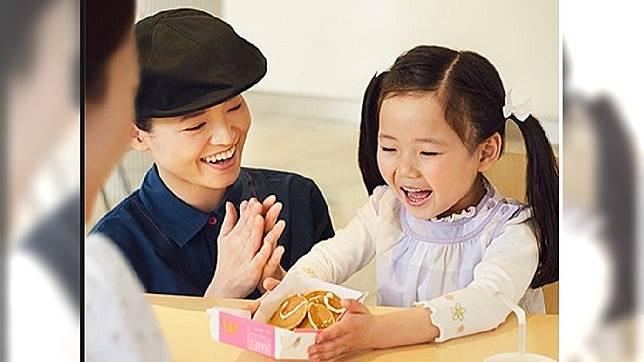 日本社會「顧客至上」注重服務業的笑容和態度 (圖/翻攝自日本麥當勞臉書)