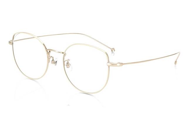 多啦美款眼鏡採用了貓眼型設計,框與鏡片之間的上方位置更特別採用漏空。(互聯網)