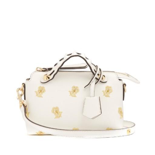 精美的金色花朵刺繡點綴這款包包是 By the way 兩用包的迷你款式,扇貝邊飾手柄飾有標誌性金色金屬鉚釘。 白天使用可拆卸肩帶,搭配同樣現代,柔美的單品。兩個頂部提手,白色和金色色飾釘飾有扇形邊緣