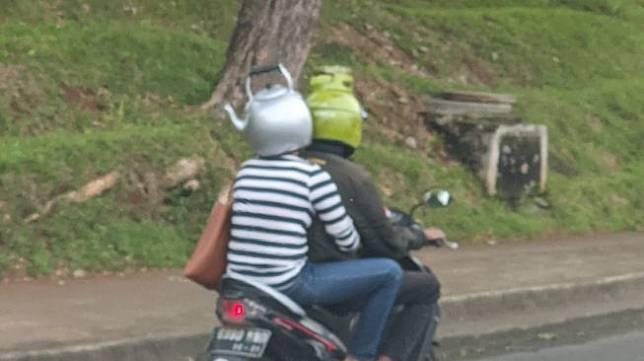 Viral, Orang Naikt Motor Pakai Helm Ceret. (Dok: TretanMuslim)