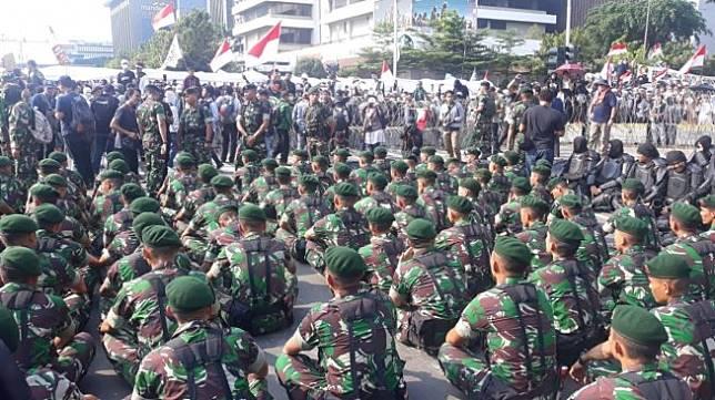 Pasukan TNI kekinian ikut turun ke Jalan MH Thamrin guna menenangkan massa aksi Gerakan Nasional Kedaulatan Rakyat, yang berkerumun di sekitar kantor Bawaslu RI, Rabu (22/5/2019). [Suara.com/Novian Ardiansyah]