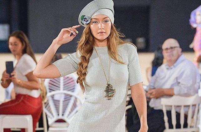 High Heels Rusak, Gigi Hadid Jalan Jinjit Tanpa Sepatu di Fashion Show Marc Jacobs