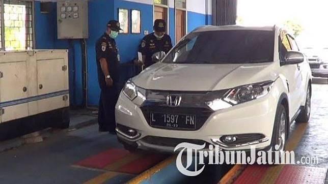 Petugas Dishub Kota Mojokerto memeriksa data kendaraan mobil untuk diuji emisi gas buang, Jumat (20/9/2019).