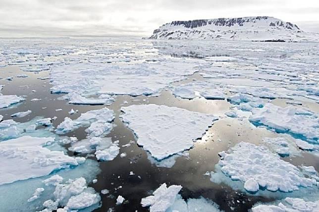 Es Arktika semakin menipis seiring Bumi yang menghangat.