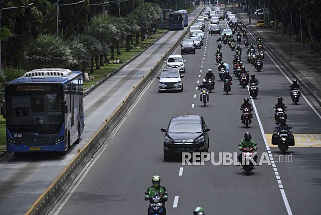 Sejumlah kendaraan melintas di Jalan Medan Merdeka Barat, Jakarta, Senin (6/4/2020).